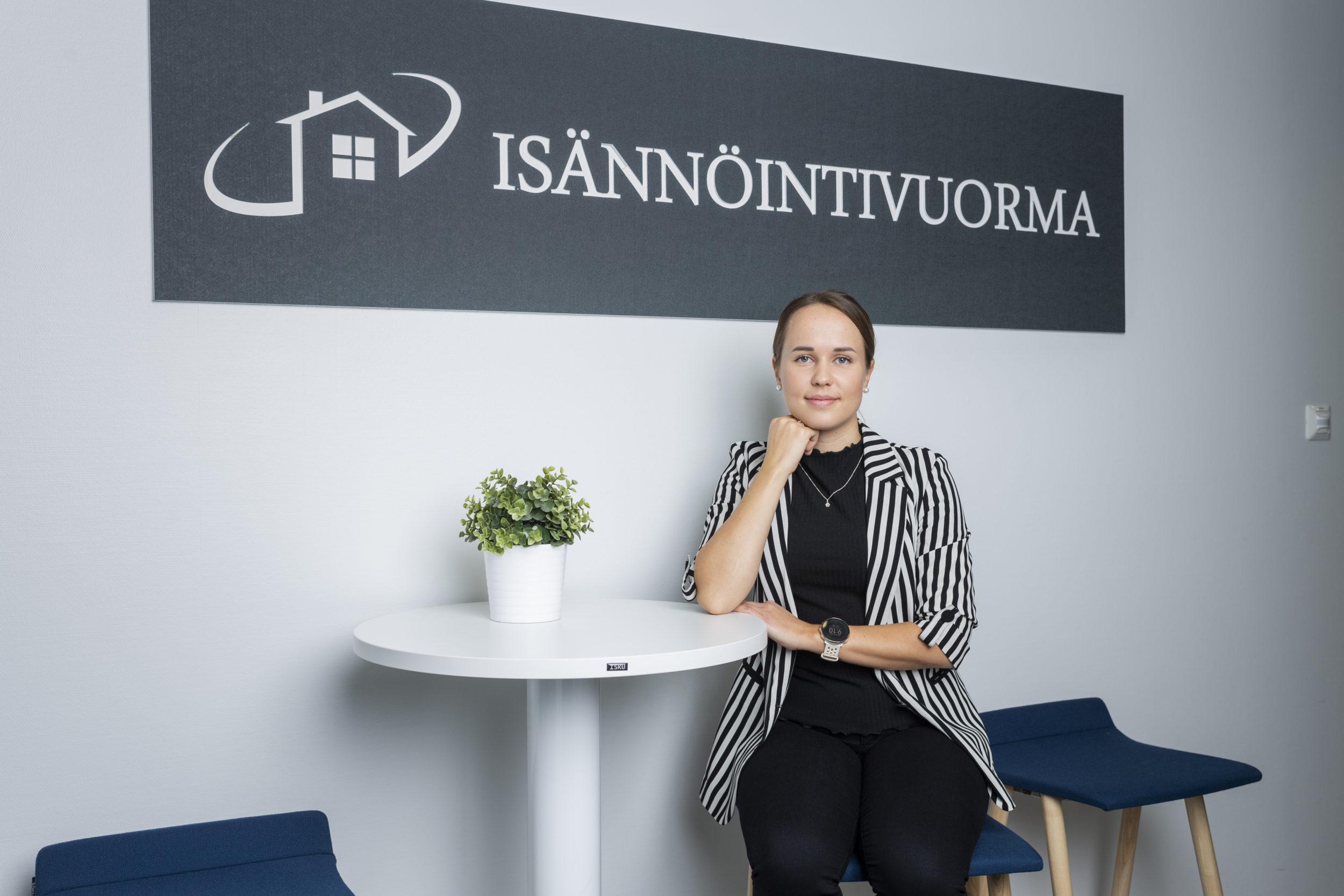 Miia Romppanen kisaa Isännöitsijä 2021 -palkinnosta.